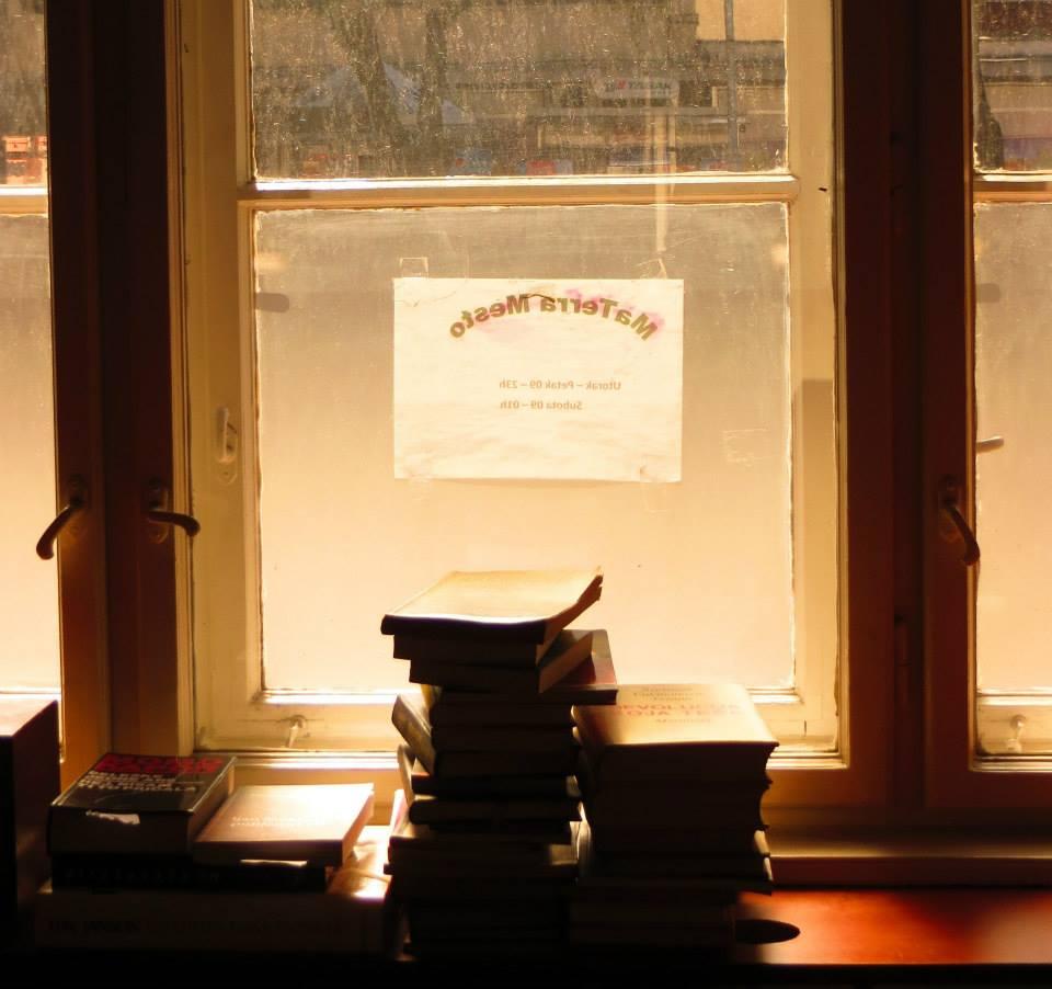 Knjige pored prozora